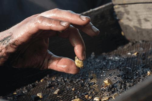 金を採掘できる場所は?鉱石から金を取り出す手順を解説