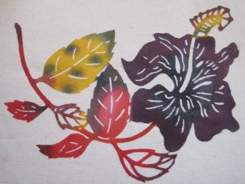 琉球王朝の流れを汲む「紅型染め」の美
