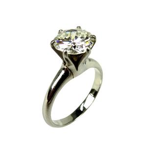 存在感のあるダイヤにPT900という組み合わせのリングが